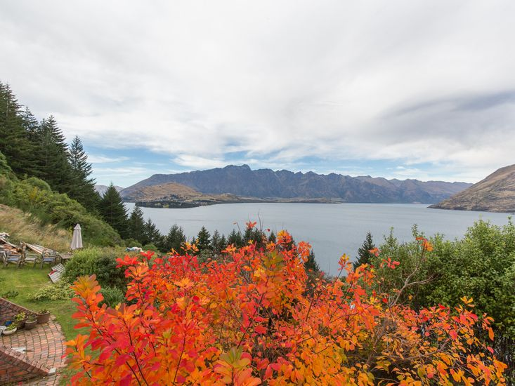 Crows Nest - Queenstown Holiday Home - Lake Views