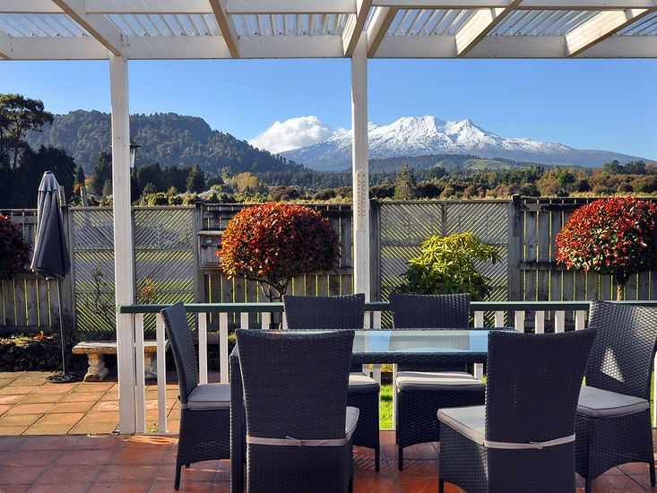 Shannon House - Ohakune Holiday Home - Outdoor Living with Mountain Views