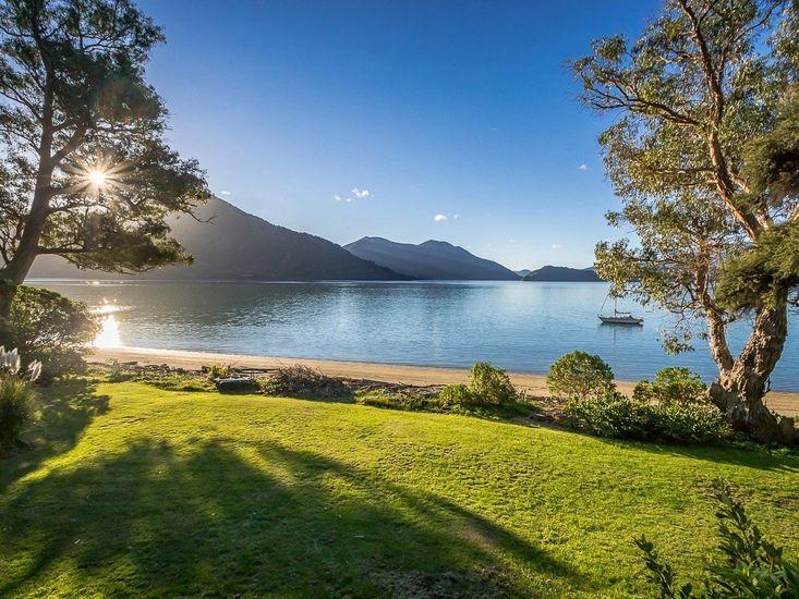 Sounds Magic - Moetapu Bay Bach - Beachfront Views