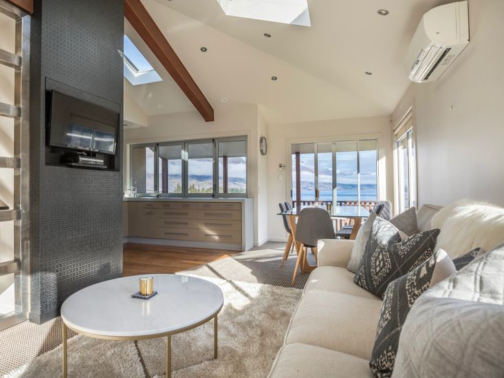 Central Style - Queenstown Holiday Home - Living Area