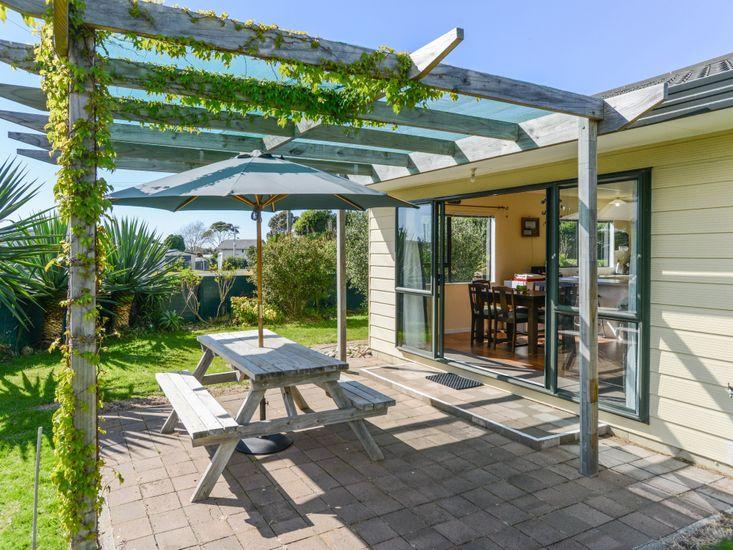 Arawai - Waimarama Holiday Home - Outdoor Living