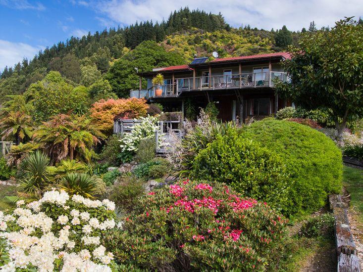 Tasman Hideaway - Exterior and Gardens