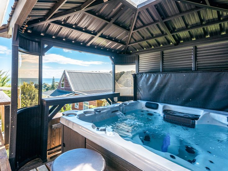 Waiheke Spa and Sea View - Onetangi Holiday Home