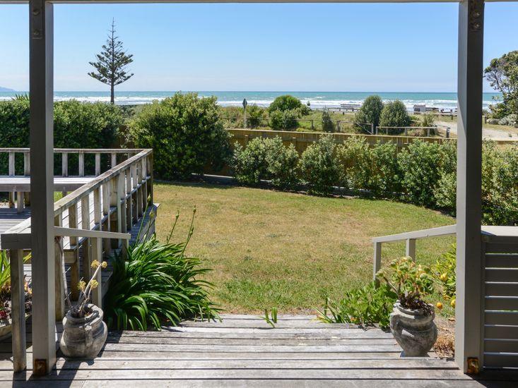 Bach 112 - Waimarama Holiday Home - Beach Views