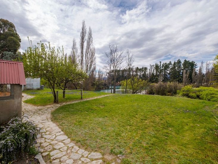 Waterfront views and access to Clutha River