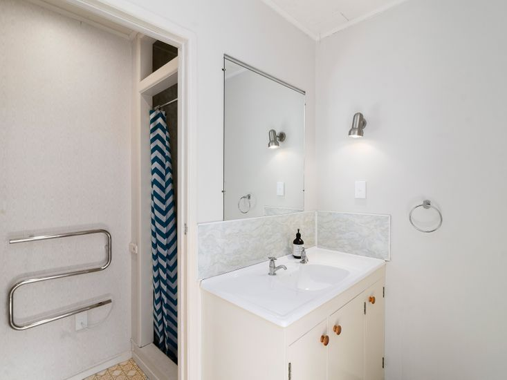Bathroom 3 for the Bedroom 4 / Bedsit