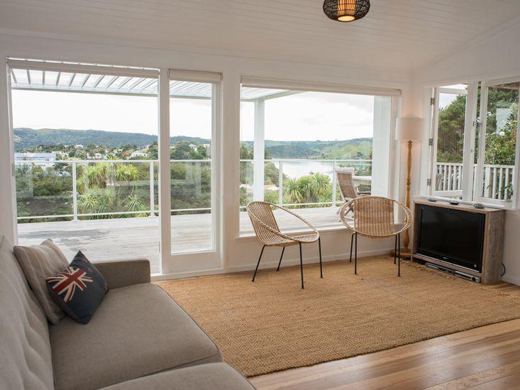 Bay View Beach House - Raglan Holiday Home