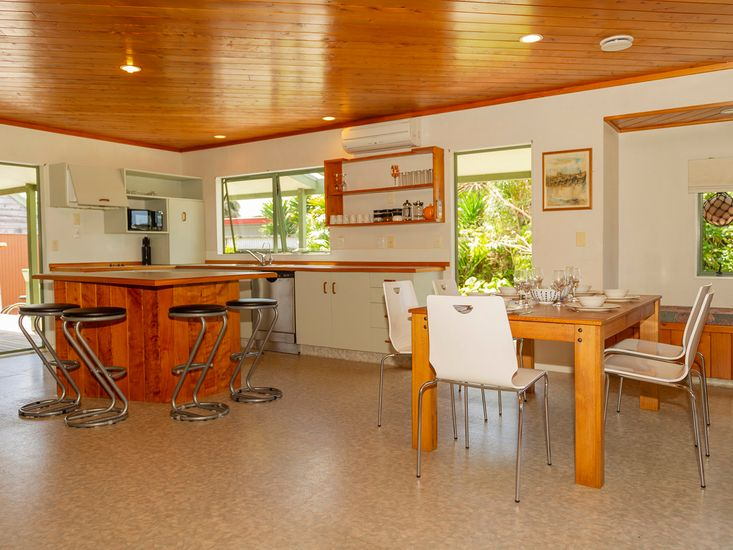 Kitchen and Dining - Room for the Whole Group!