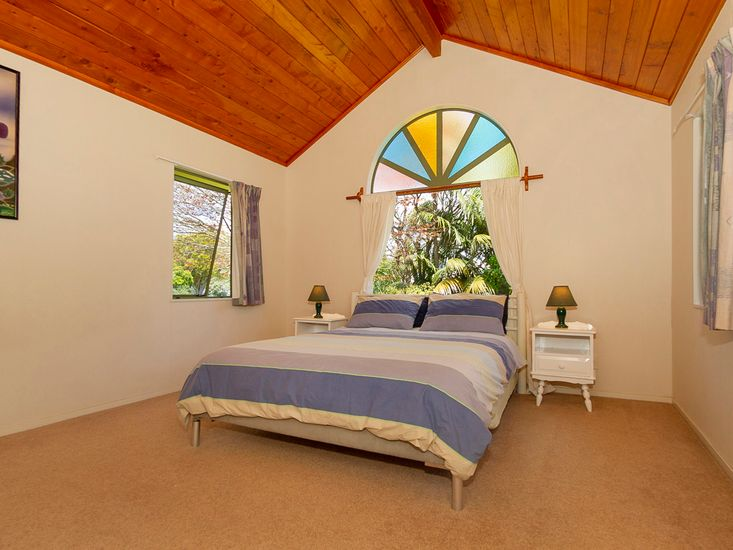 Master Bedroom - Stunning Stained Glass!