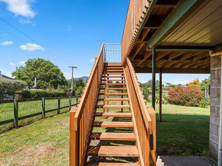 Stairs from deck to garden