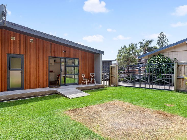 Back lawn space and back decking from studio unit