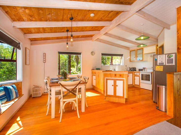 Open plan dining and kitchen - great for big family meals!