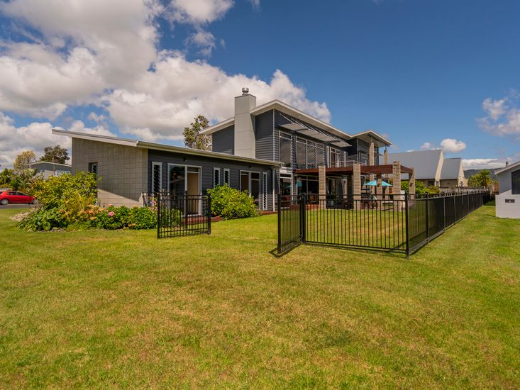 Large lawn space, fully fenced!