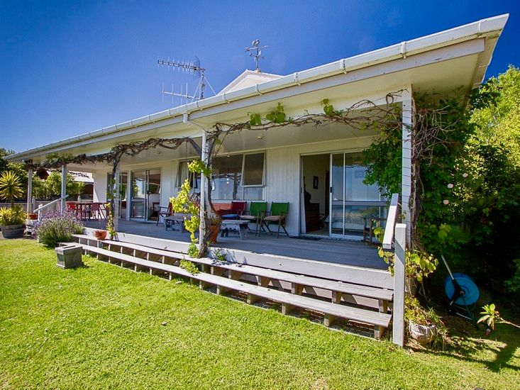 Sunny Taupo Living in an Idyllic Lakefront Spot