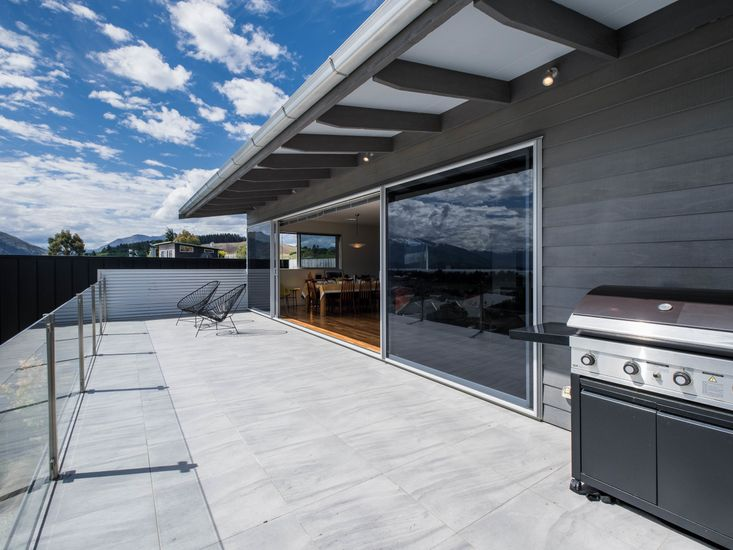 Large spacious sundeck, great for BBQs!