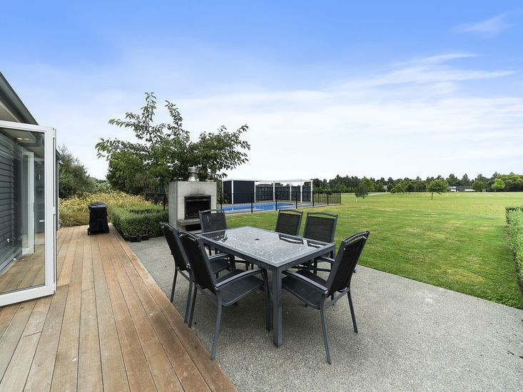 Outdoor living and dining in the garden - Fireplace is not available