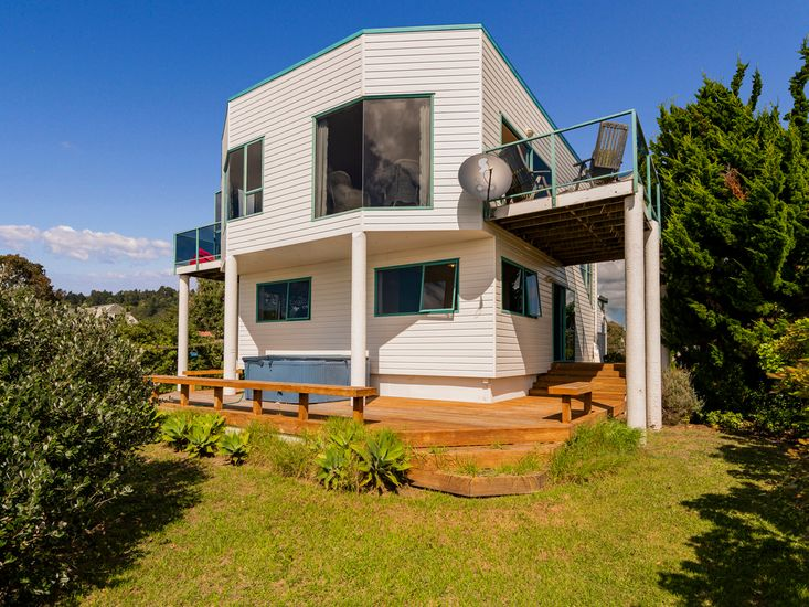 The Robot - Matarangi Holiday Home