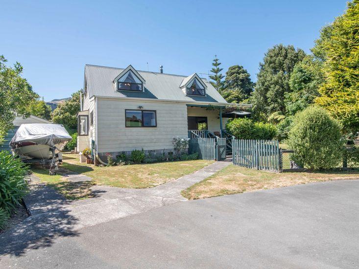 Streamside Retreat - Akaroa Holiday Home