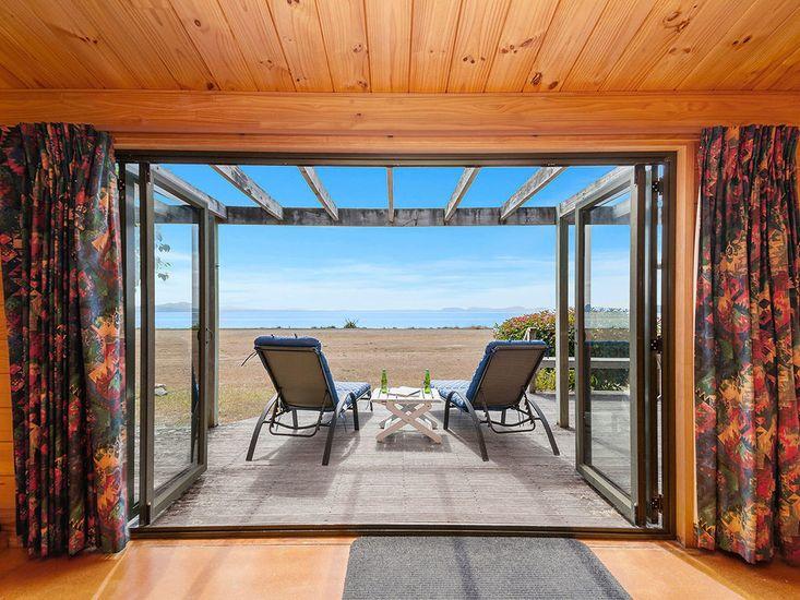 Stunning Views at Ani Miria Lakefront - Waitetoko Holiday Home