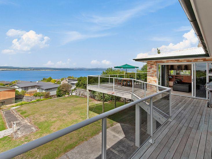 Lofty Lakeviews - Acacia Bay Holiday Home