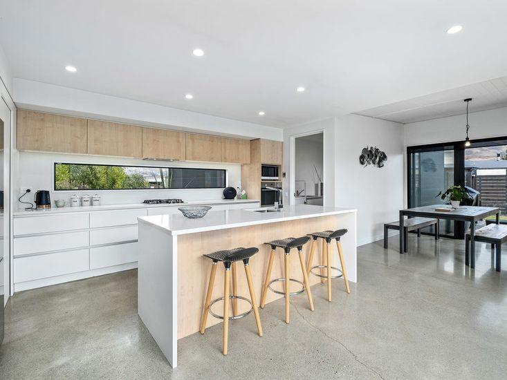 Modern Kitchen and Breakfast Bar
