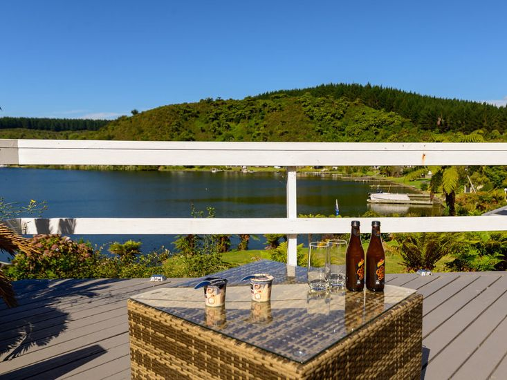 Outdoor living and views out over the lake
