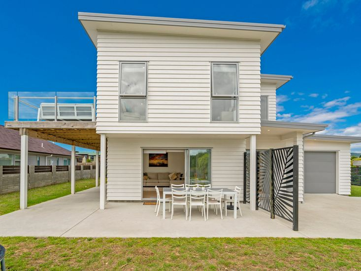Coastal Pearl - Modern Matarangi Holiday Home