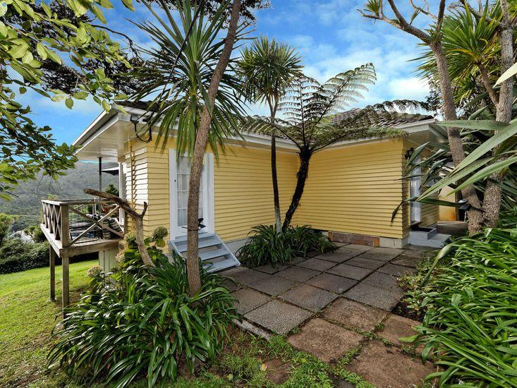 Surfer's Sunshine - Piha Holiday Cottage