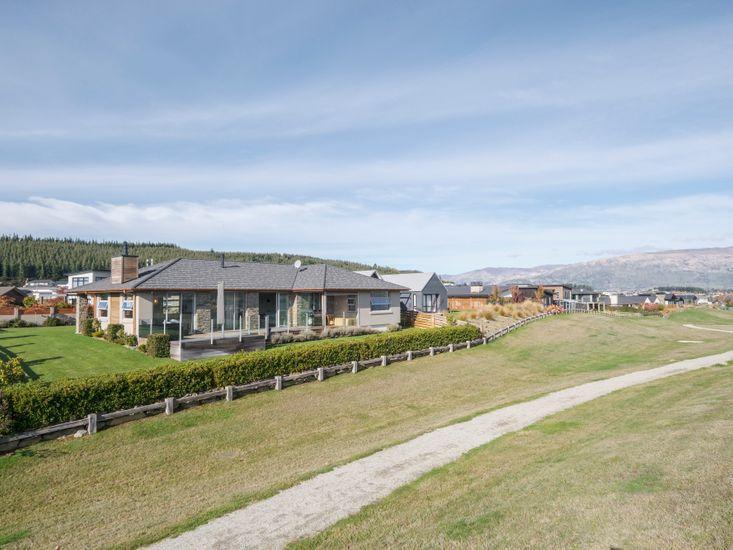 Infinity Views - Modern Wanaka Holiday Home