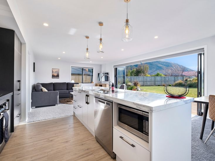 Modern fully equipped kitchen and breakfast bar