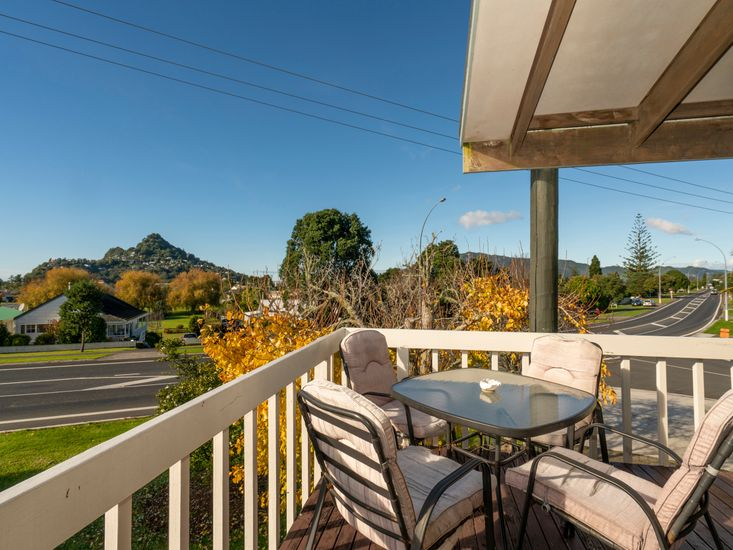 5 o'clock Somewhere - Tairua Holiday Home - Outdoor dining on the sundeck