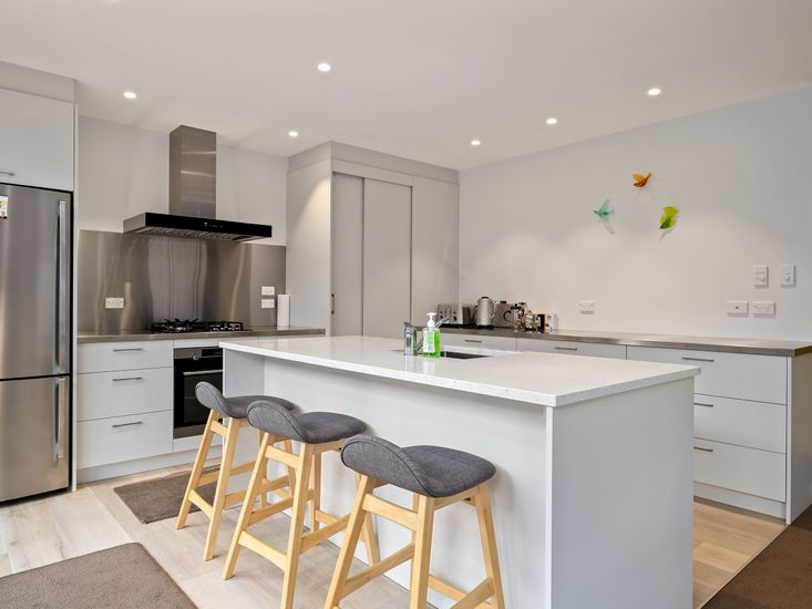 Modern, fully equipped kitchen and breakfast bar