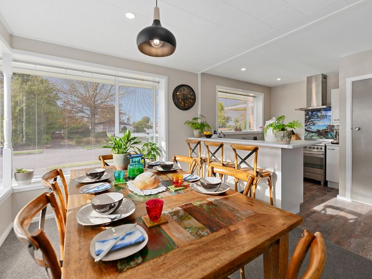 large dining table onto kitchen and breakfast bar