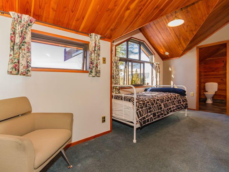 Master bedroom - Single bed onto bathroom
