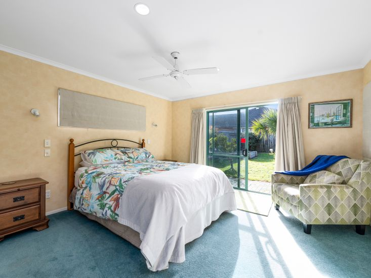 Master bedroom - Opens out onto the garden