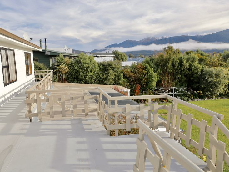 Views of surrounding landscapes from sundeck
