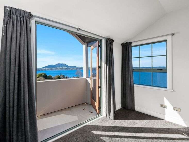 Master bedroom opens out to balcony - Level 3
