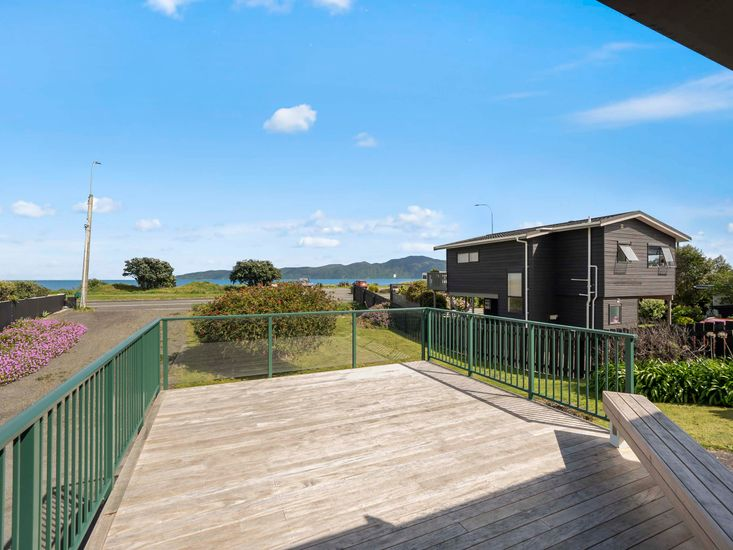 Sundeck and view to the beach