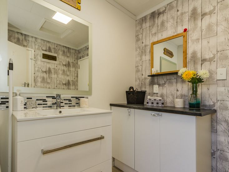 Bathroom basin & fittings