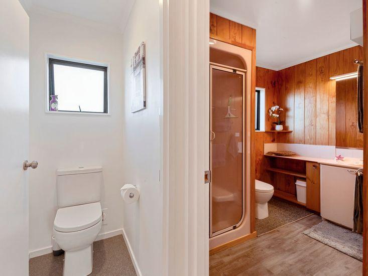 Bathroom / seperate toilet