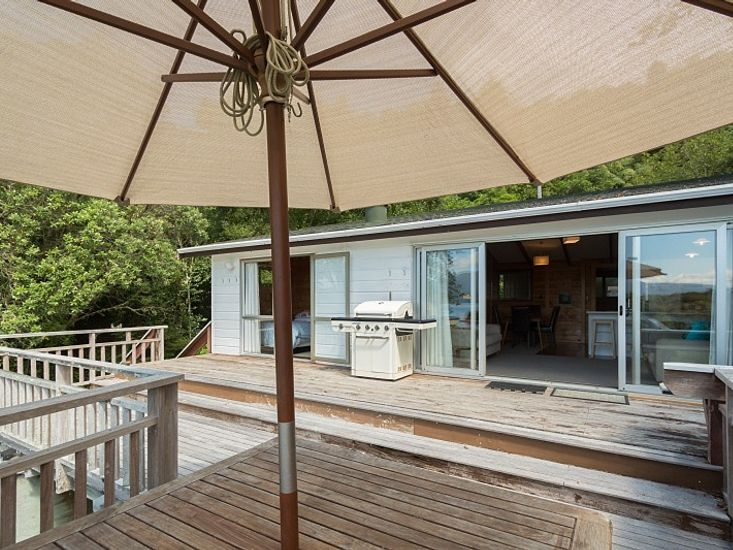 Outdoor dining and BBQ on the sundeck