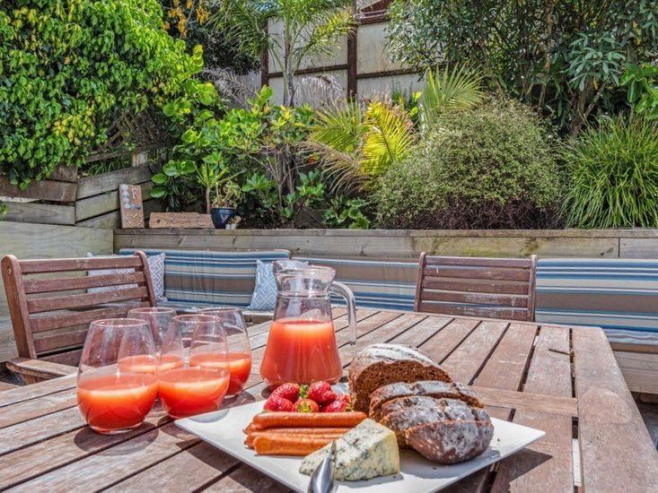 Alfresco dining in summer - holiday living