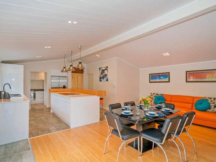 Kitchen and dining area - table can extend to seat 8-10 guest comfortably